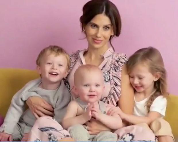 Hilaria Thomas e os filhos, Carmen Gabriela Baldwin, Leonardo Ángel Charles Baldwin e Rafael Thomas Baldwin (Foto: Reprodução/Instagram)