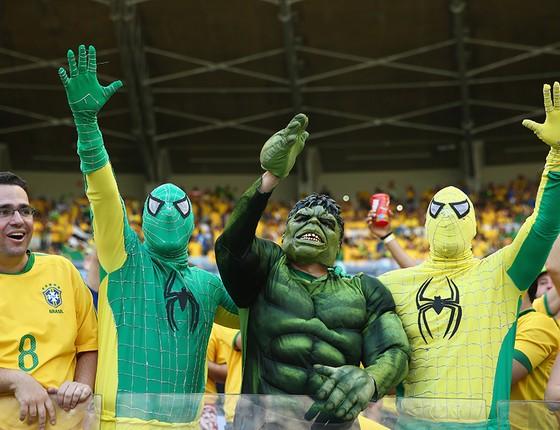 Vestidos de super-heróis, torcedores fazem festa antes do início do jogo entre Brasil e Chile no estádio Mineirão na Copa de 2014 (Foto: QUINN ROONEY/GETTY IMAGES)