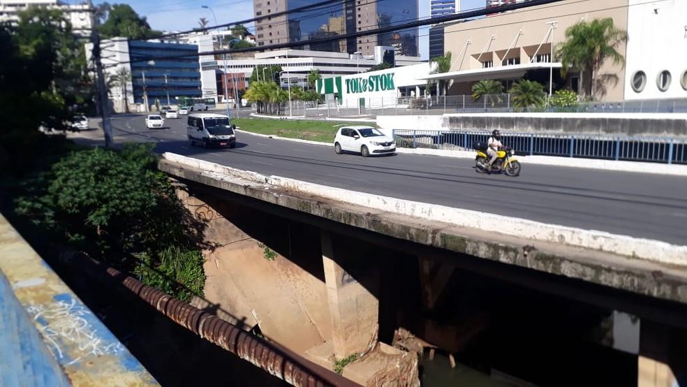 Local onde fica córrego onde carro caiu em Salvador — Foto: Andrea Silva/TV Bahia