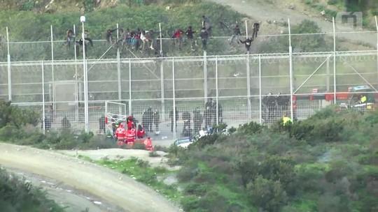 Mais de mil migrantes tentam pular cerca de Ceuta para entrar na Espanha