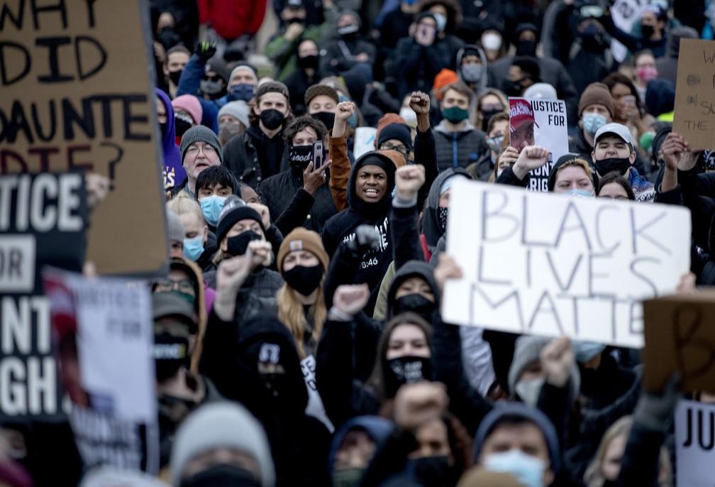 Multidão protesta em frente ao Departamento de Polícia de Brooklyn Center, Minnesota, em 12 de abril de 2021, após a morte do jovem negro Daunte Wright em uma abordagem policial — Foto: Carlos Gonzalez/Star Tribune via AP