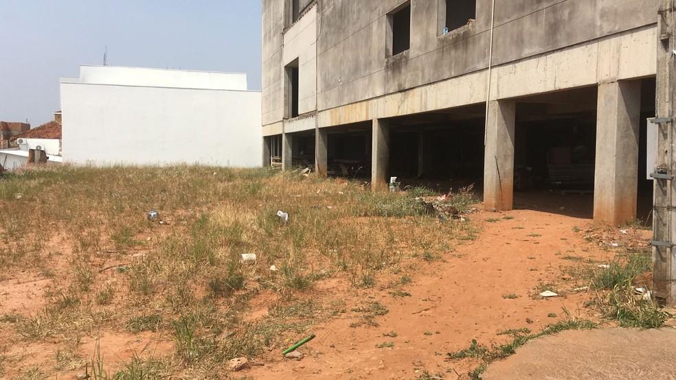 Homem é encontrado morto com corte no pescoço em construção abandonada — Foto: Carlos Volpi/TV Fronteira