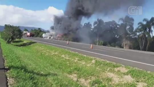 Caminhão-cegonha com 11 carros pega fogo e gera bloqueio na freeway, em Santo Antônio da Patrulha