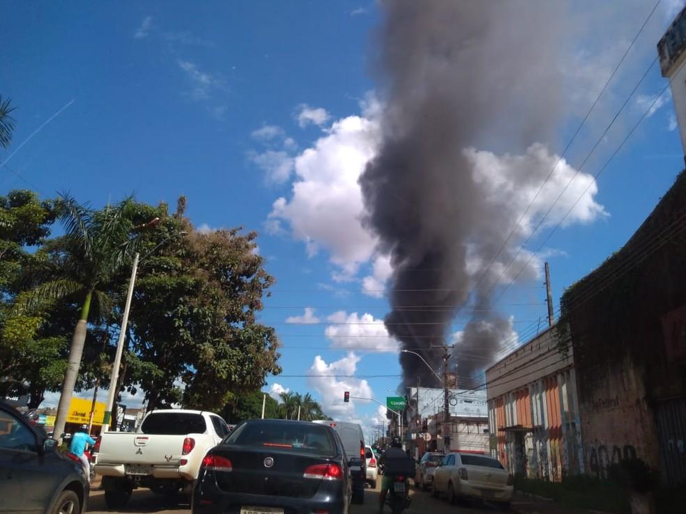Fumaça do incêndio vista da Avenida Jorge Teixeira — Foto: Ruan Gabriel/Rede Amazônica