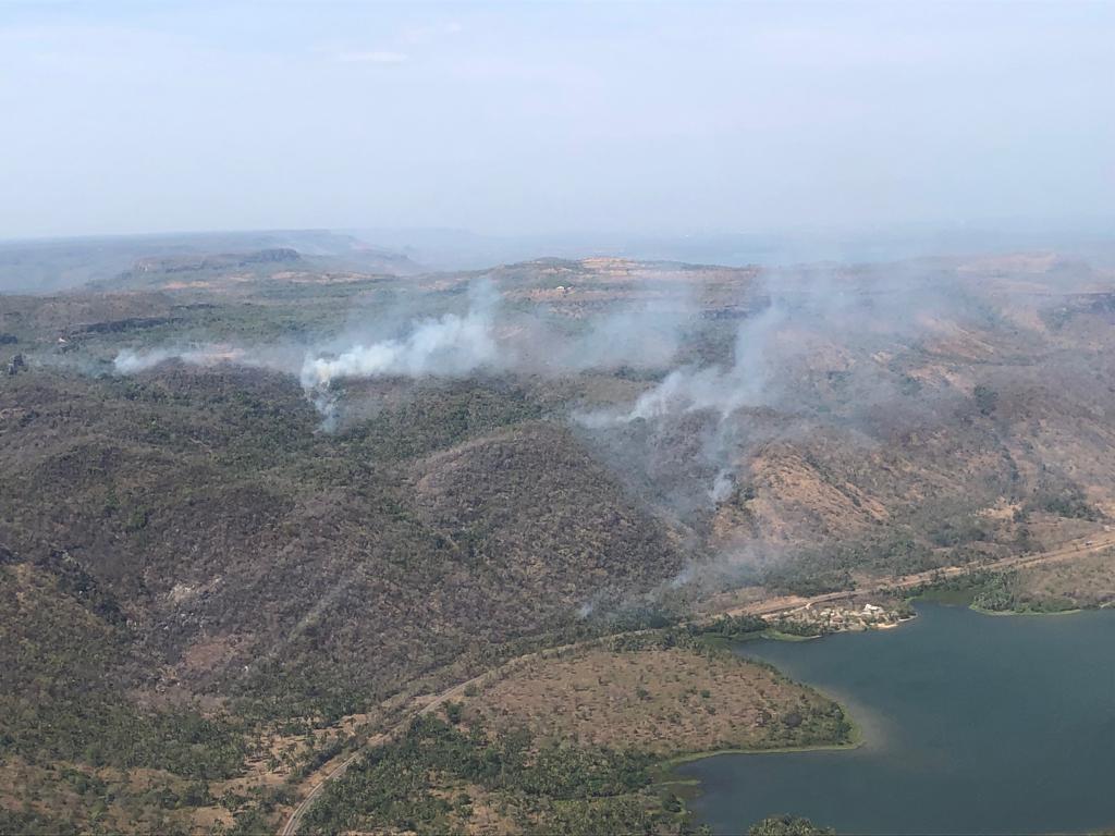 Brigadistas combatem queimada na serra do Lajeado com ajuda de helicóptero - Notícias - Plantão Diário