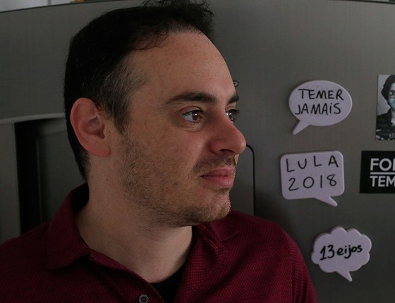 """O diretor de arte Alan Medeiros Maziero afirmou que escolheu o PT porque é """"o partido que mais apanha"""" (Foto: EDILSON DANTAS/AGÊNCIA O GLOBO)"""