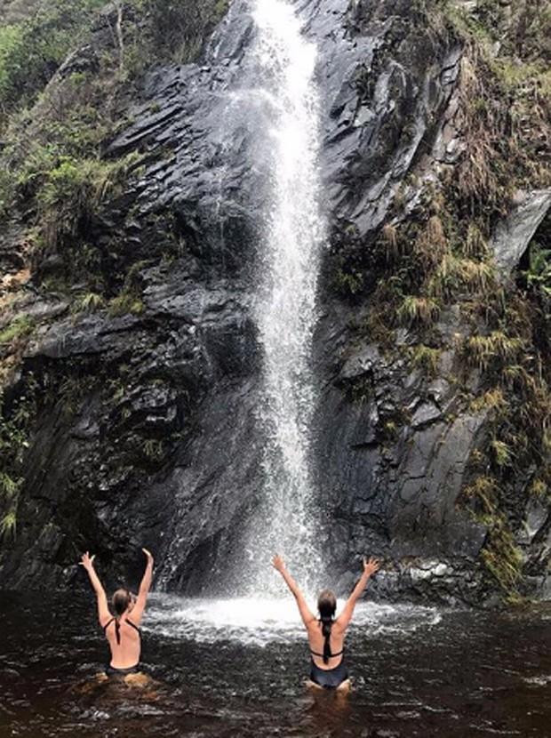 Mariana Ximenes e Débora Falabella se refrescam em cachoeira mineira (Foto: Reprodução/Instagram)