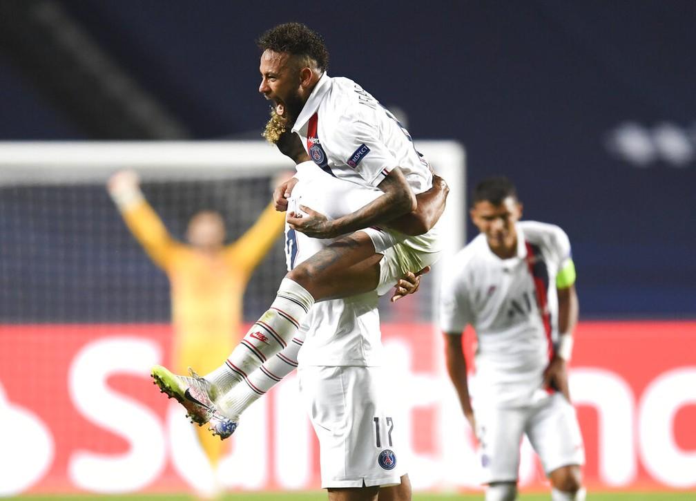 Neymar comemora vitória do PSG sobre a Atalanta com gols nos acréscimos — Foto: David Ramos/Pool Photo via AP