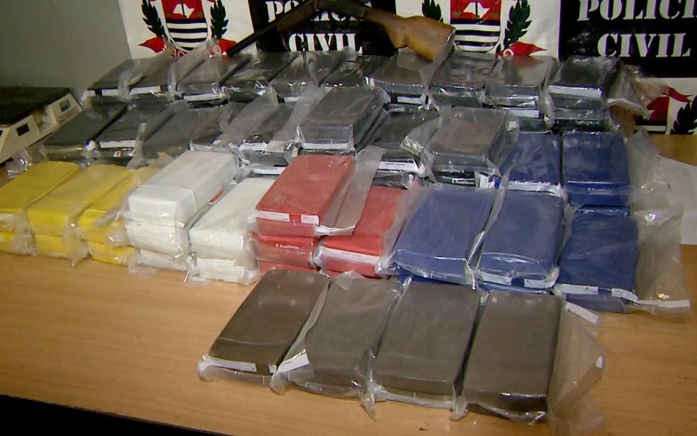 Cocaína e crack estavam embalados a vácuo e seriam distribuídos na Favela das Mangueiras (Foto: Luciano Tolentino/EPTV)
