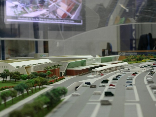 Maquete mostra como deverá ficar aeroporto quando pronto (Foto: Marcos Dantas/G1 AM)