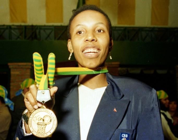 Janeth posa medalha do Mundial de 1994, após o desembarque no Brasil