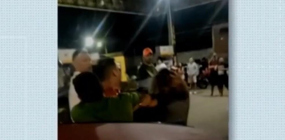 Polícia identifica homem que agride mulher em Viçosa do Ceará — Foto: TV Verdes Mares/Reprodução