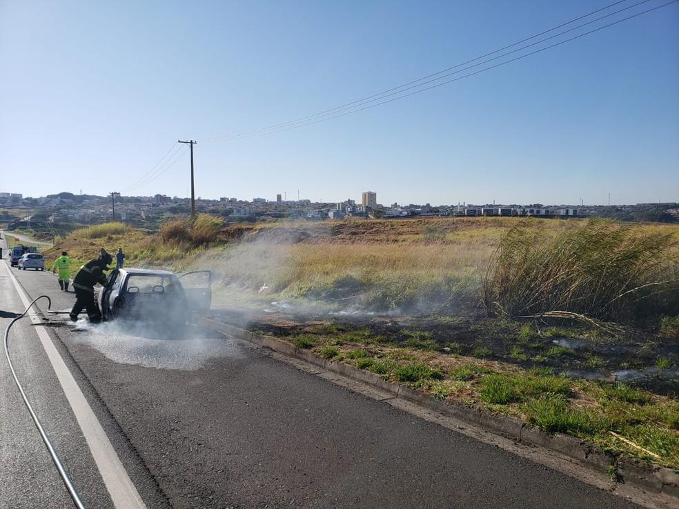 Motorista seguia na SP-294 quando veículo começou a pegar fogo em Marília — Foto: Cláudio Farneres/TV TEM