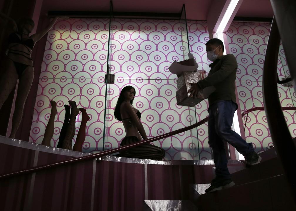 Funcionário com máscara carrega produtos eróticos em uma sex shop da Cidade do México no final de abril — Foto: Marco Ugarte/AP