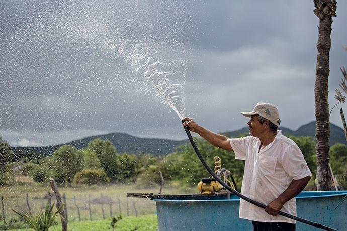 Morador de São José da Tapera, em Alagoas, o agricultor Dedeco cultiva mais de 90 espécies de plantas graças a uma barragem de água subtârrenea instalada em sua propriedade (Foto: Flávio Forner )