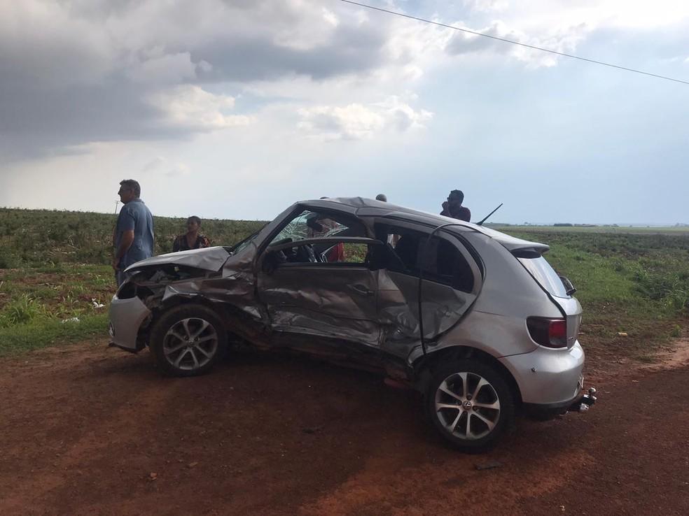 Veículo era conduzido por uma mulher que também ficou ferida — Foto: Vinícius Rangel/TVCA