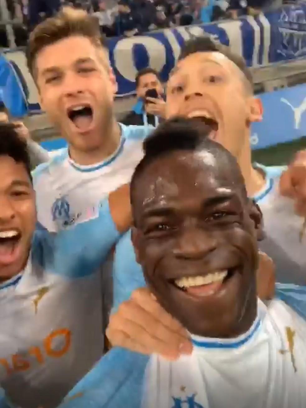 Balotelli grava vídeo com jogadores do Olympique de Marselha após gol — Foto: Reprodução