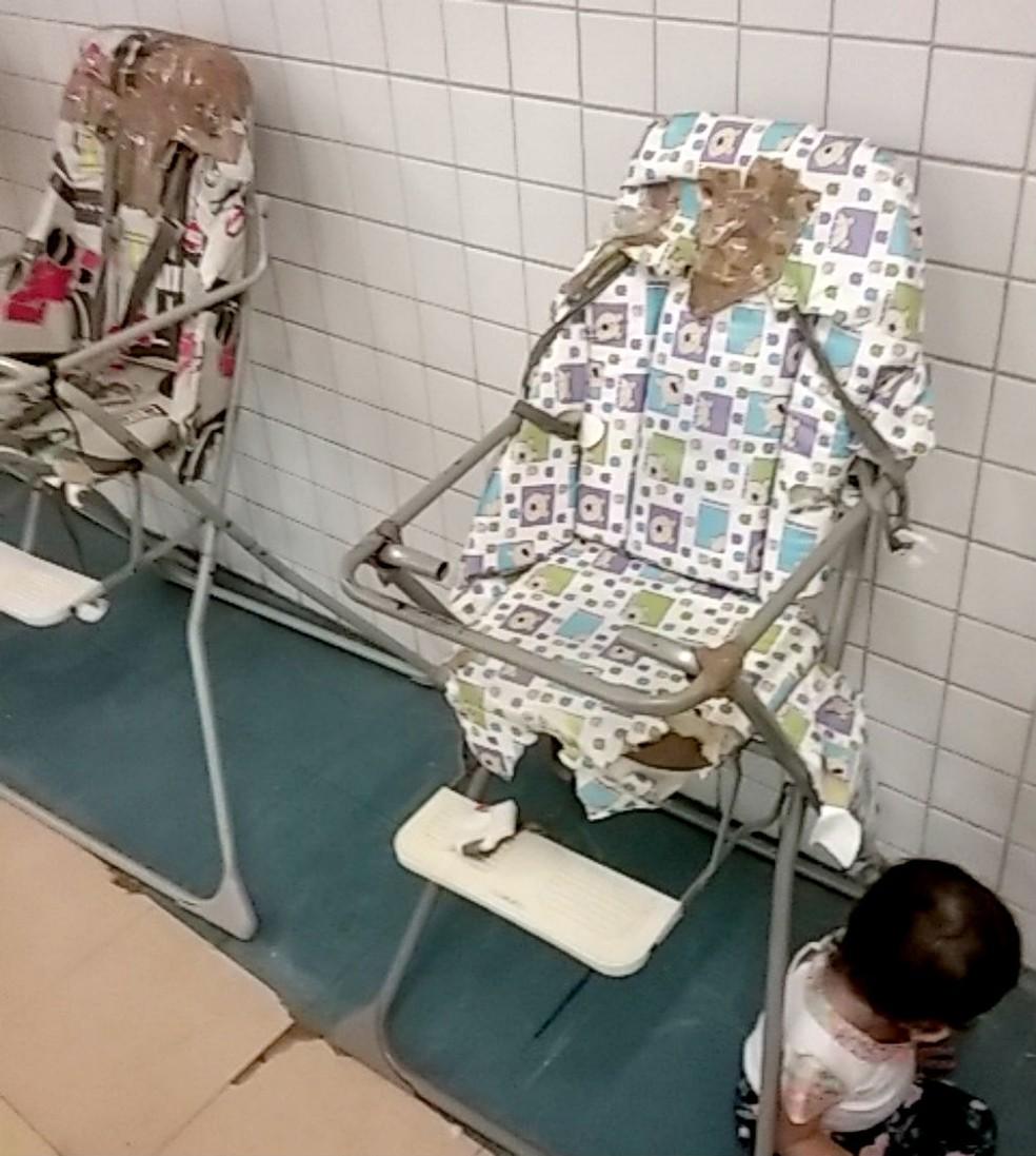 Em uma das creches fiscalizadas, cadeirões estavam rasgados e enferrujados — Foto: TCE/Divulgação