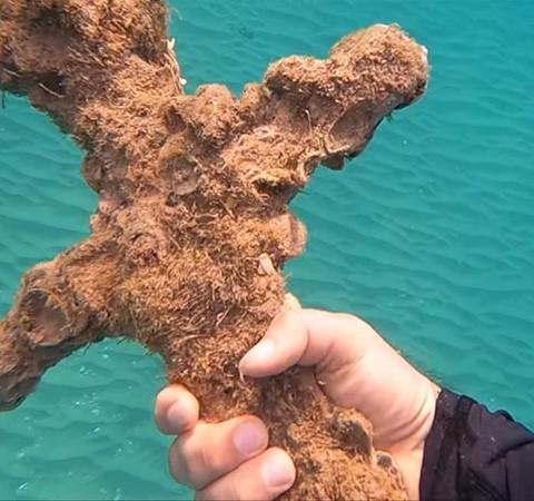 Mergulhador israelense encontra espada da época das Cruzadas em praia
