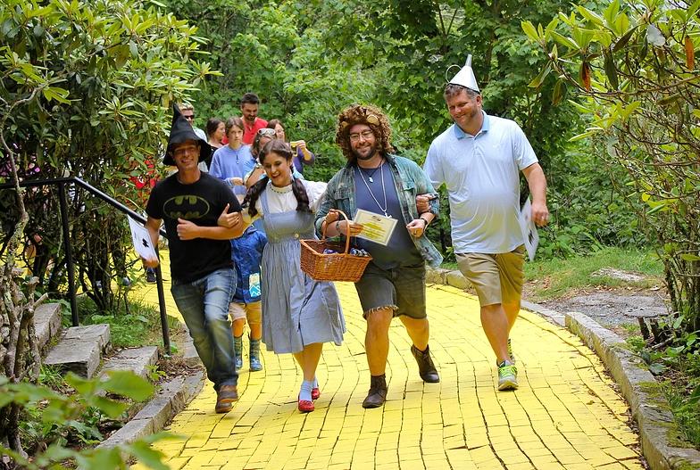 Atriz caracterizada de Dorothy brinca com visitantes do parque (Foto: Divulgação)