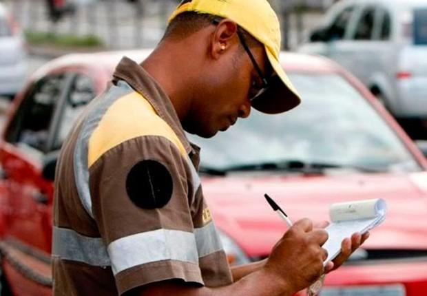 Agente da CET multa veículos em São Paulo (Foto: Reprodução/Facebook)
