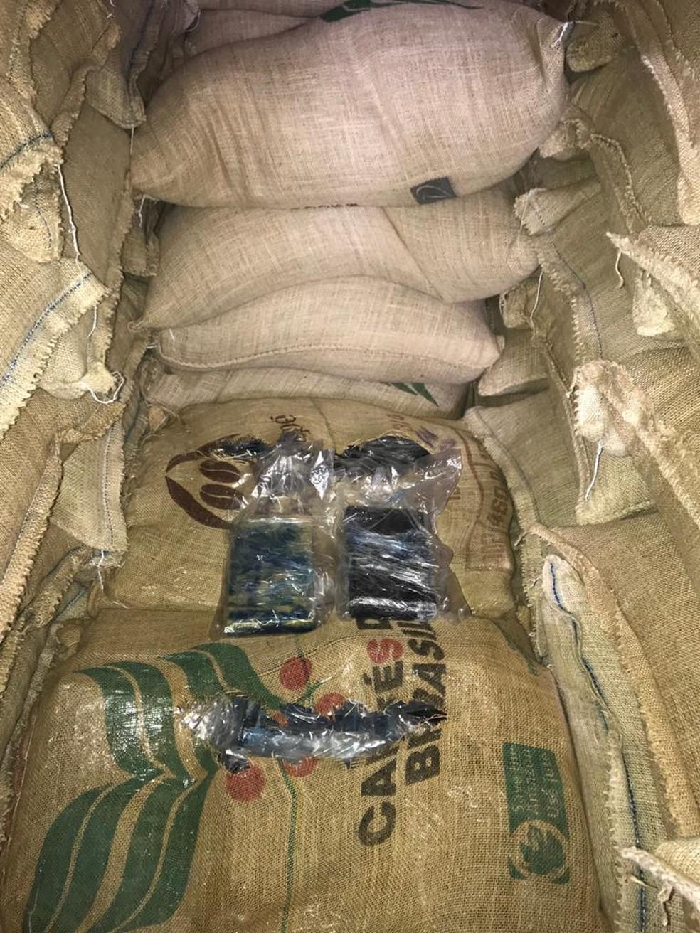 Cocaína estava escondida em sacos de café, em Santos — Foto: Divulgação/Polícia Civil