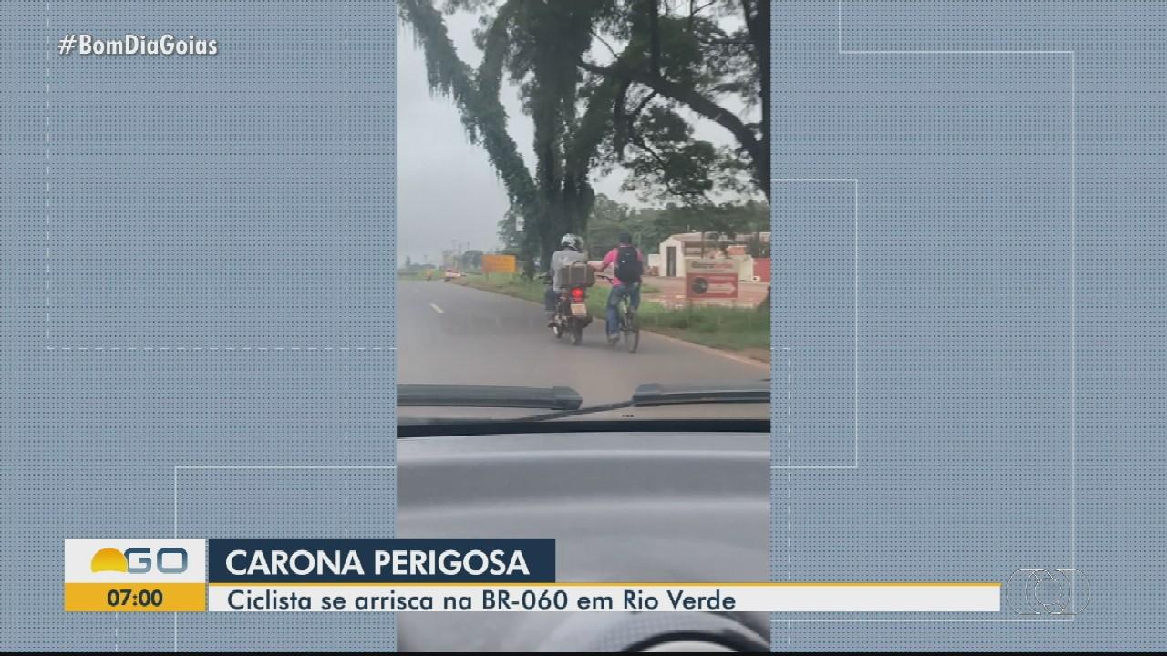 Ciclista se arrisca na BR-060, em Rio Verde