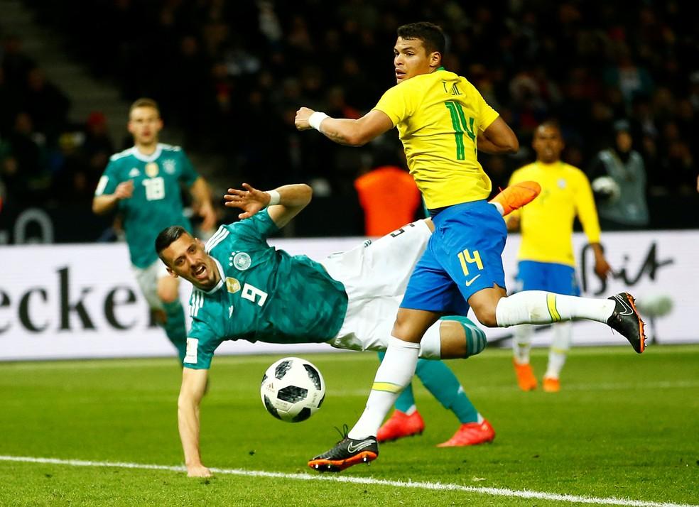 Thiago Silva foi bem contra Rússia e Alemanha e ganha força na disputa com Marquinhos por uma posição (Foto: Wolfgang Rattay/Reuters)