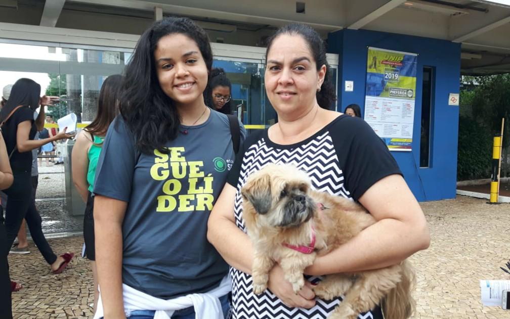 ENEM 2018 - DOMINGO (4) - RIBEIRÃO PRETO (SP) - A analista de sistemas Luciana Nascimento com a filha Mariana Alves, de 18 anos, e a cachorra Nina — Foto: Leonardo Rodrigues/G1