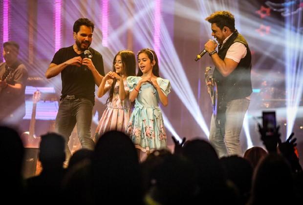 Isabella e Helena participam do show de Zezé Di Camargo & Luciano (Foto: Ricardo Nunes)