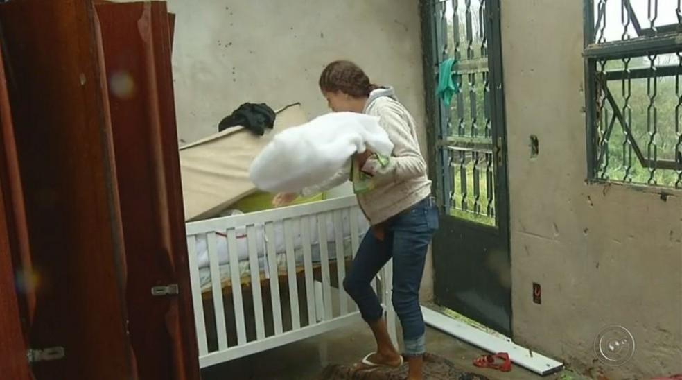 Gestante, Jaqueline perdeu objetos e móveis que seriam utilizados para receber a filha depois do nascimento (Foto: Reprodução / TV TEM)