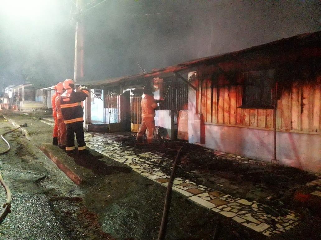 Apartamentos feitos de madeira são destruídos durante incêndio em Porto Velho