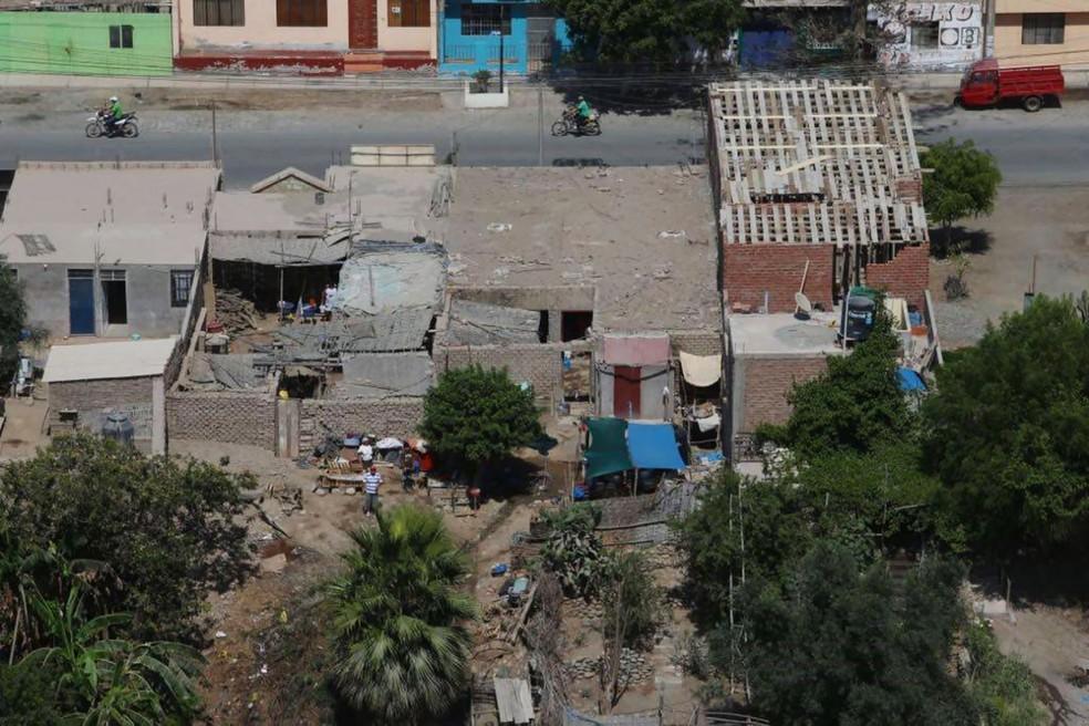 Foto divulgada pela Agência Andina mostra moradores em Chala, no Peru, após o terremoto ter afetado a área neste domingo (14) (Foto: Agência Andina/via AP)
