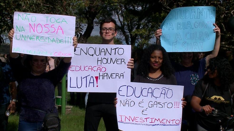 Em Uruguaiana. na Fronteira Oeste, manifestantes carregavam cartazes durante protesto — Foto: Reprodução/RBS TV