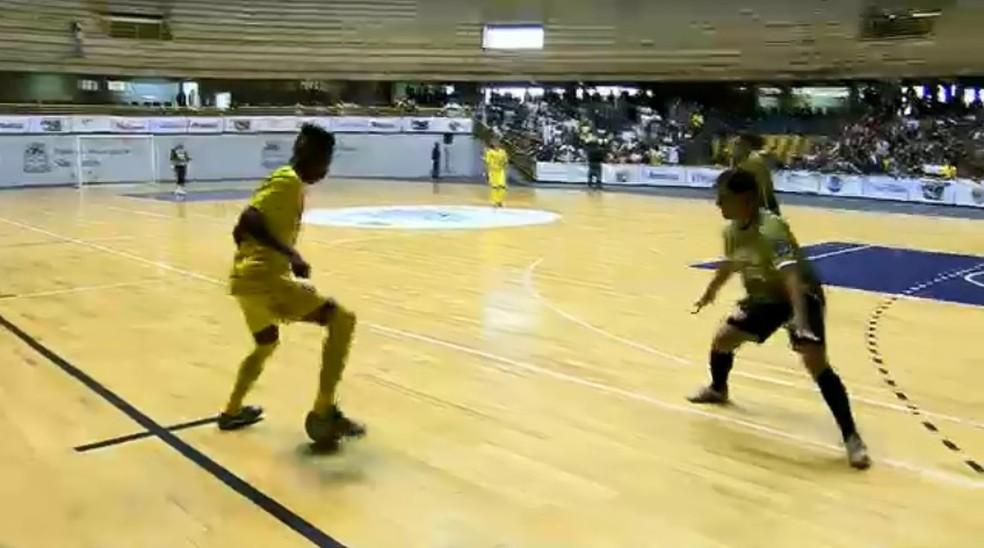 Lance da partida entre Araraquara e São João da Boa Vista (Foto: Reprodução/EPTV)