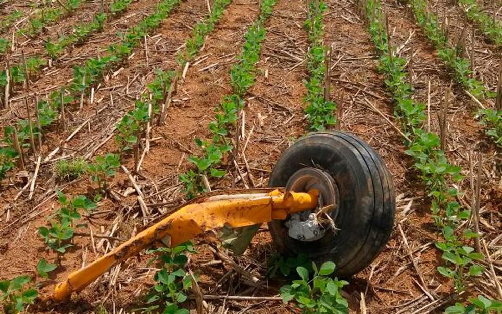 Roda de avião que precisou de pouso forçado se soltou no  (Foto: Divulgação/Polícia Militar)