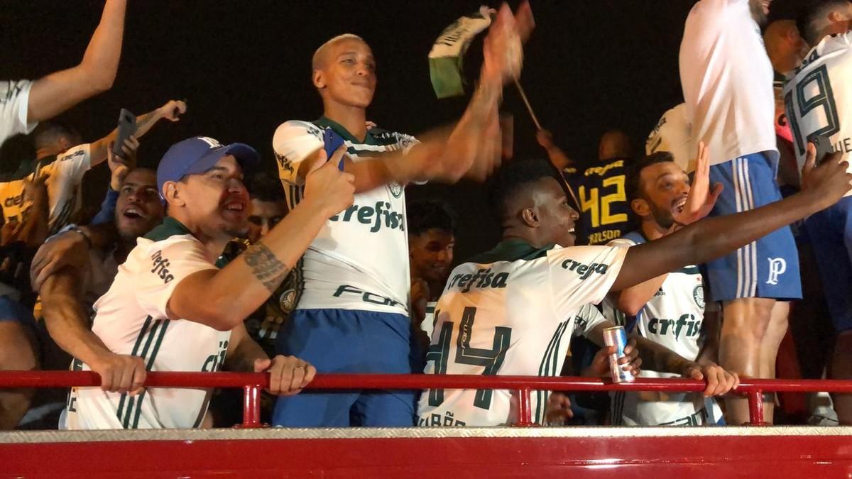 Tem Na Web - Fogos, torcida e Fica, Dudu: Palmeiras volta a São Paulo e comemora título em trio elétrico