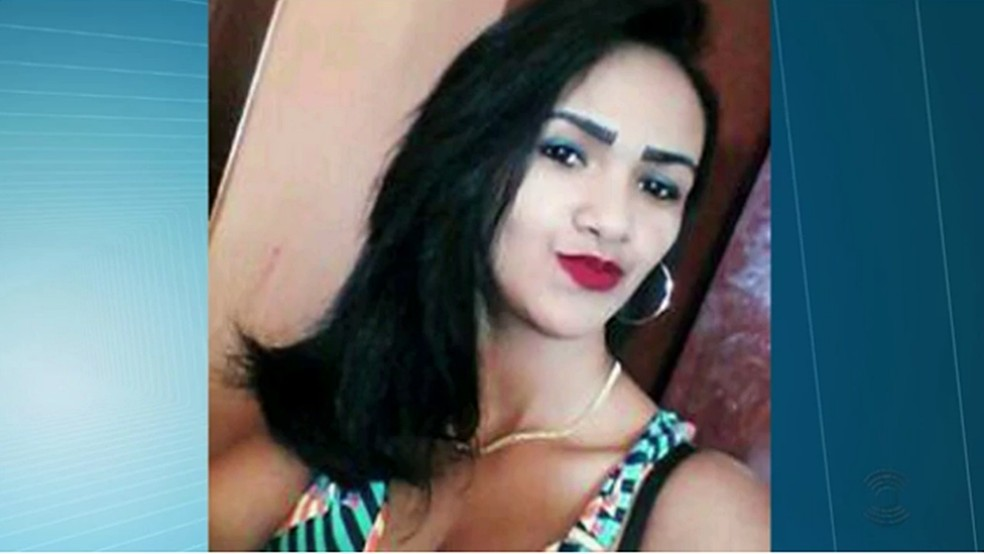 Mulher foi morta na frente da filha de quatro anos de idade pelo ex-marido, segundo a polícia, em Teixeira (Foto: Reprodução/TV Paraíba)