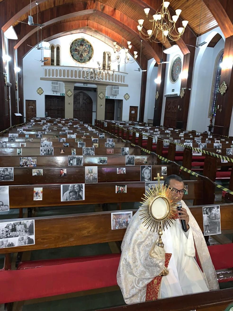 Padre celebra missa com cerca de 500 fotos de fiéis colocadas em bancos de igreja, em Aquidauana (MS). — Foto: Arquivo Pessoal/Padre Paulo Sousa