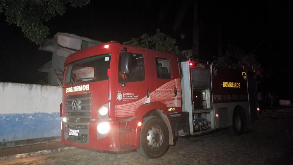 Uma equipe do Corpo de Bombeiros esteve no local e as chamas foram controladas a meia-noite.  — Foto: Rafaela Duarte/Sistema Verdes Mares