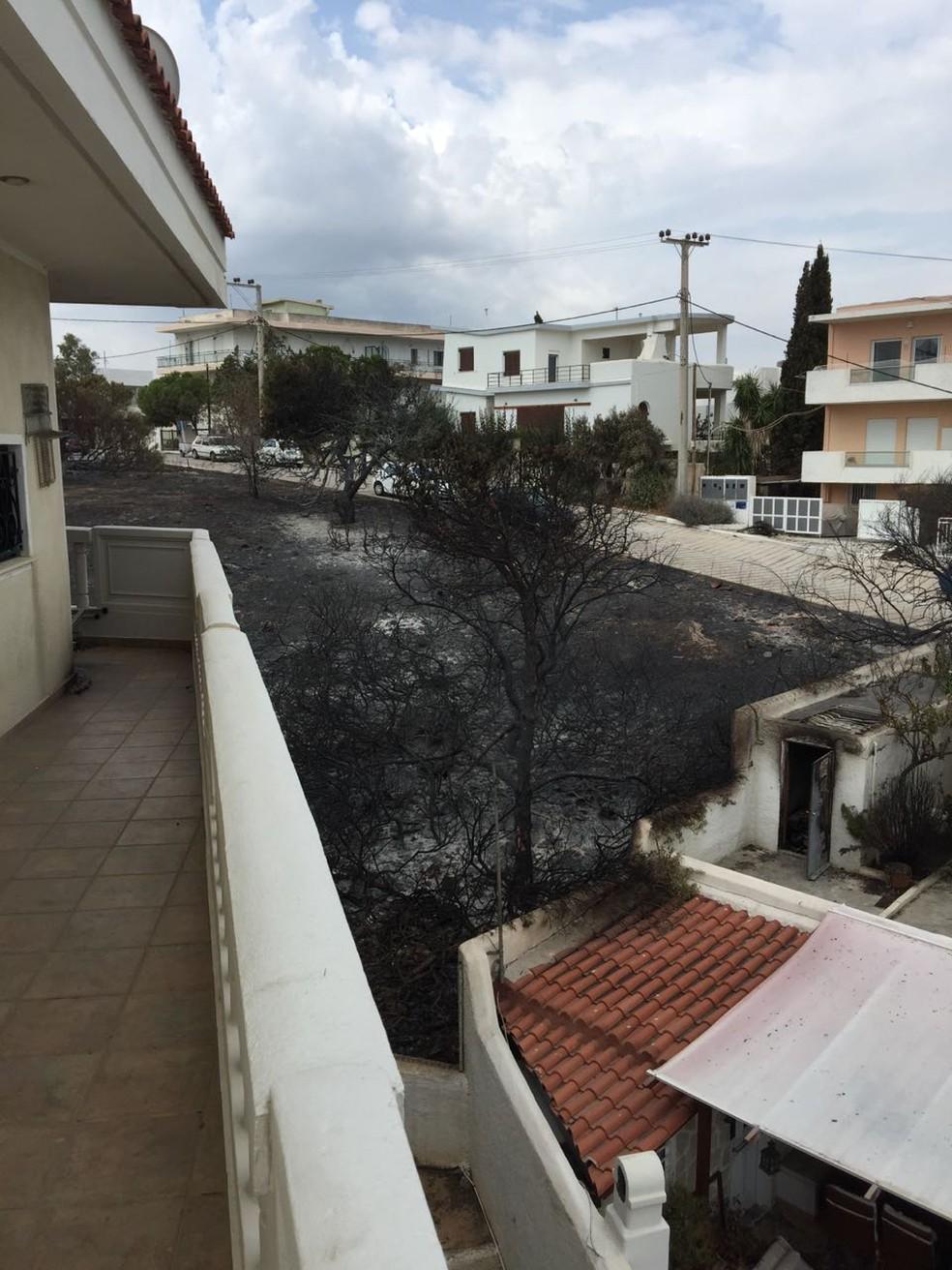 Prédio em que a brasileira Tuca Oliveira mora na Grécia teve apenas a fachada e a varanda queimadas (Foto: Andreas Stefanakis)