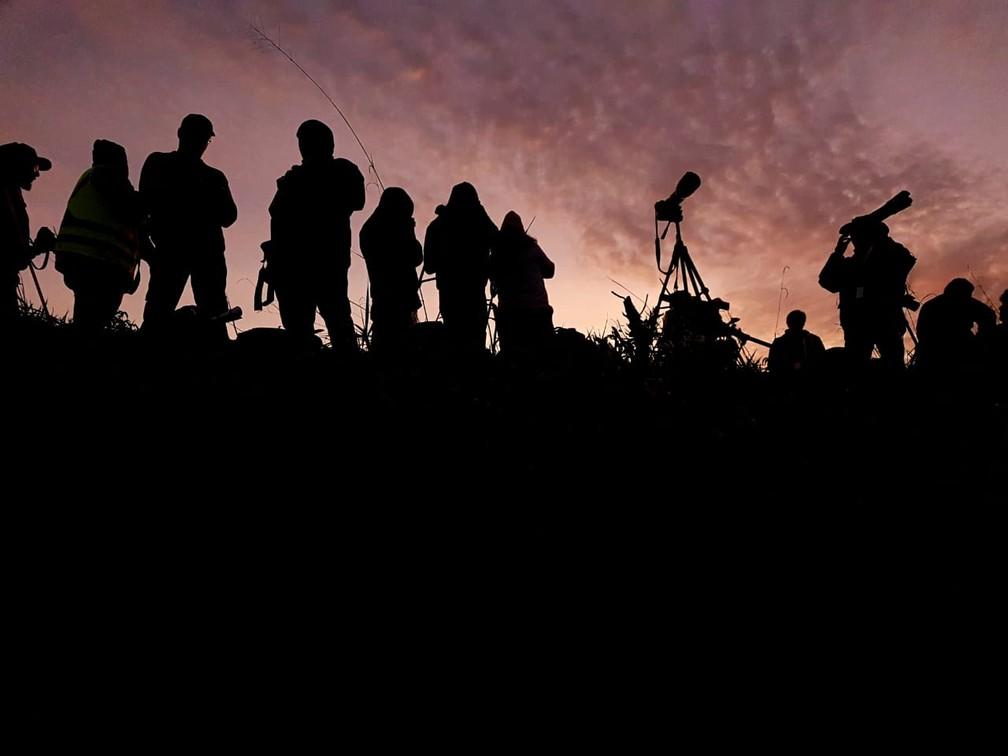 Fotógrafos acompanham nascer do sol no Aeroporto Internacional de Viracopos em Campinas. — Foto: Luciano Calafiori/G1