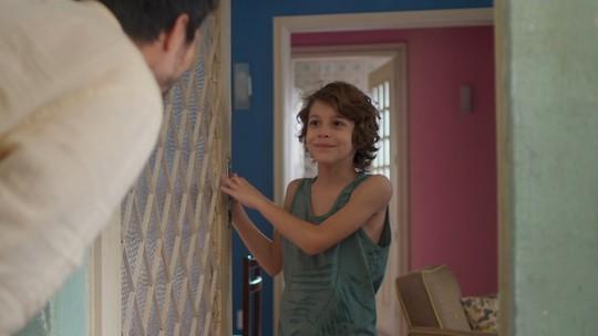 Ramon se irrita com visita de Marcos e o expulsa da casa de Paloma