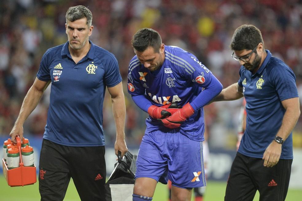 Diego Alves sofreu grave lesão na clavícula no ano passado  — Foto: CELSO PUPO/FOTOARENA/ESTADÃO CONTEÚDO