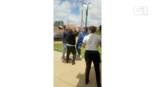 Prefeito e estudante trocam socos após sessão na Câmara Municipal de Água Clara, em MS; veja vídeo
