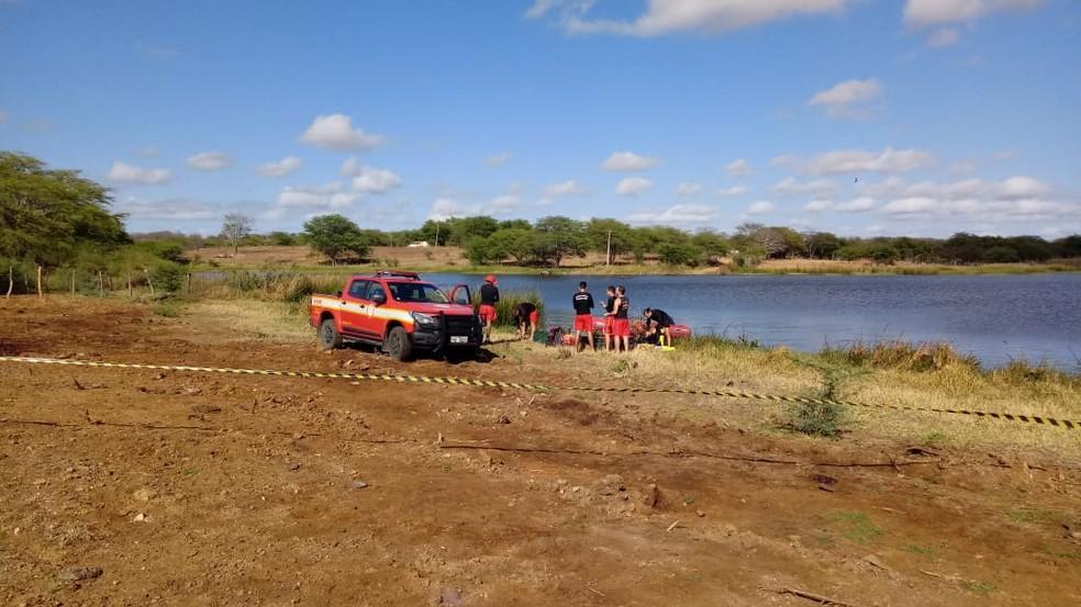 Bombeiros realizam buscas pelas vítimas nesta terça-feira (24) na barragem em Monteiro, Sertão da PB — Foto: Edvaldo José/Arquivo Pessoal