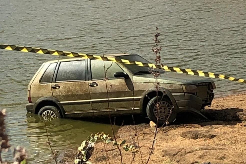Carro foi encontrado dentro de açude na zona rural de Catolé do Rocha, no Sertão da PB — Foto: Polícia Civil/Divulgação