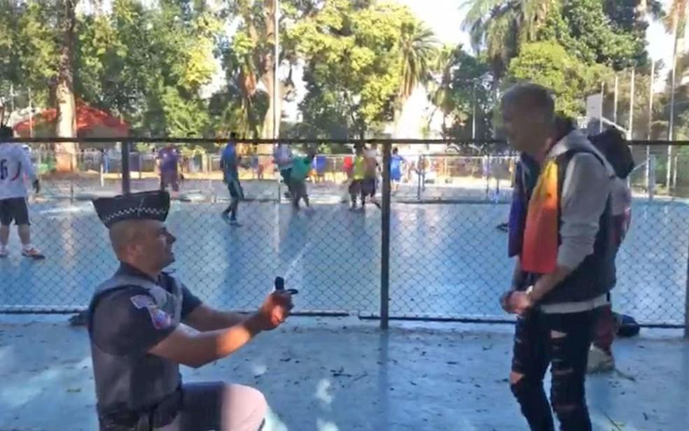 Policial Leandro se ajoelha para pedir namorado em casamento — Foto: Reprodução/Divulgação/Bruna Massarelli