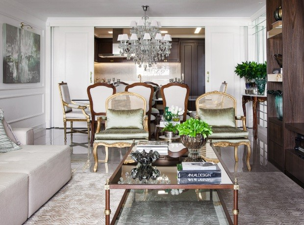 Móveis clássicos se mesclam a itens contemporâneos neste apartamento