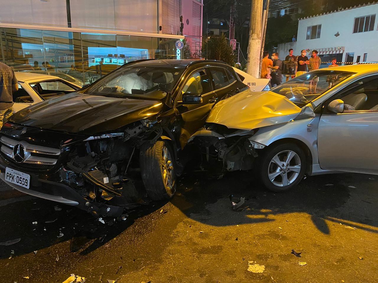 Roubo de carro termina em perseguição e acidente envolvendo quatro veículos em Vila Velha, ES